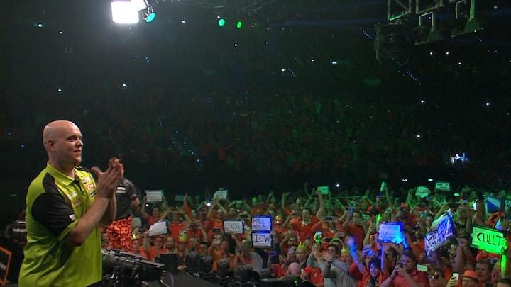 Premier League Darts in Ahoy Rotterdam: Publiek zingt Michael van Gerwen toe bij opkomst
