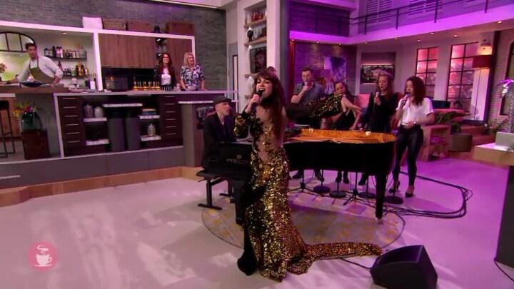 Ellen ten Damme zingt Jezebel met koor The Junction