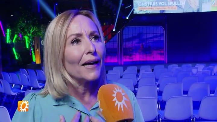 Angela Groothuizen lijkt terug in de tijd  te gaan voor haar nieuwe programma
