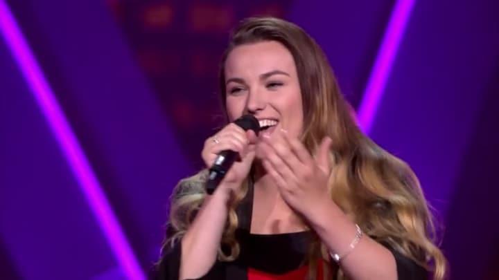 The Voice: Bekijk optreden Esmée Smit met Walk Me Home (Blind Auditions)