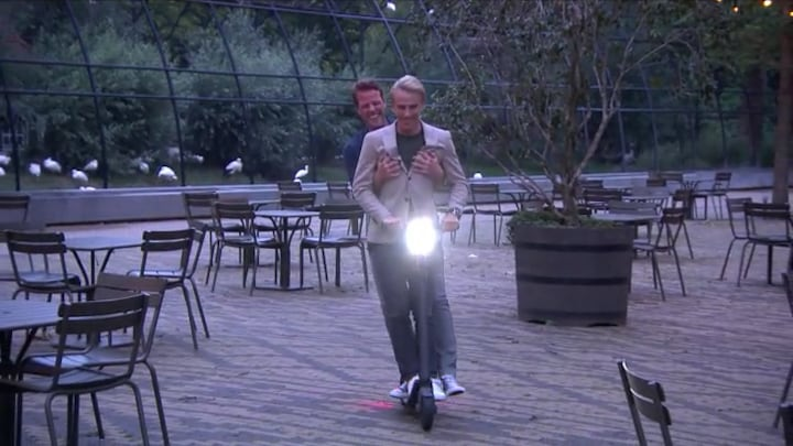Art Rooijakkers en Martijn Koning testen de verboden elektrische step