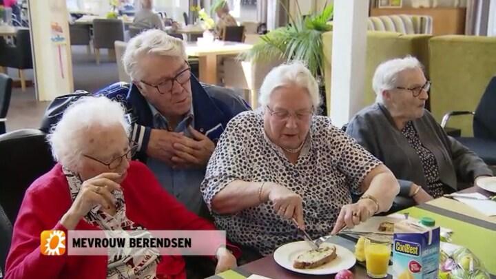 Barrie Stevens en Olcay Gulsen verrassen ouderen uit Kleuters tegen Kwalen