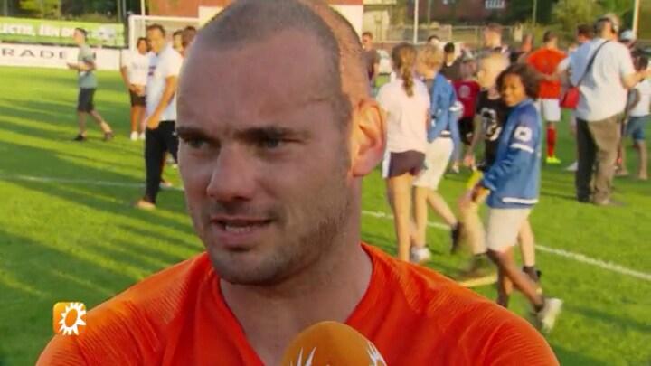 Wesley Sneijder trapt  balletje op eigen sportveld