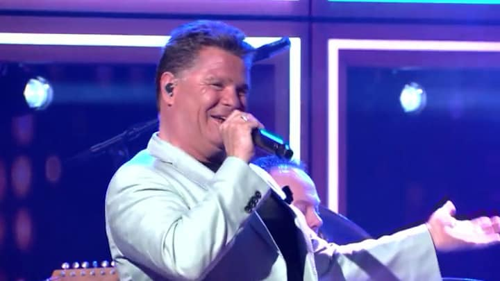 RTL Late Night gemist: Wolter Kroes zingt zijn jubileumsingle 'We gaan nog even door'