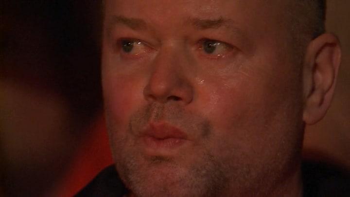 Raymond van Barneveld in tranen bij laatste wedstrijd in Premier League Darts