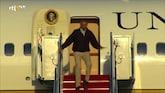 Oeps: Obama valt bijna van trap Air Force One