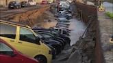 Groot sinkhole slokt rij geparkeerde auto's op