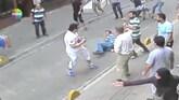 Video: toerist slaat leger agressieve Turkse winkeliers neer