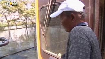 RTL Nieuws Trein redt mensen uit overstroomd Bangkok