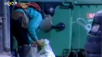 RTL Nieuws Grieken graaien in containers naar voedsel