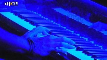 RTL Nieuws Even rust: pianist speelt op Taksimplein