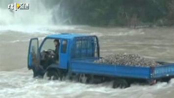 RTL Nieuws Chinese truck vast in kolkende rivier