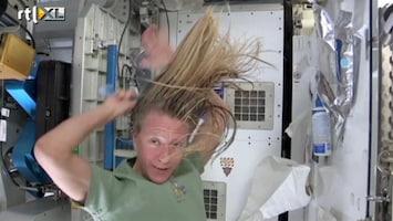 RTL Nieuws Een hele opgave: je haren wassen in de ruimte