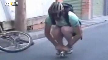 Editie NL Humor: man op kleinste fiets ter wereld
