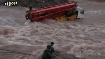 RTL Nieuws Drietal vast in kolkende rivier