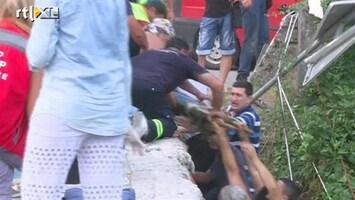 RTL Nieuws Bus met toeristen stort in ravijn, 13 doden