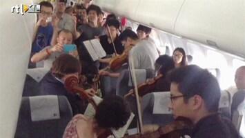 RTL Nieuws Wachten in vliegtuig verzacht met live concert