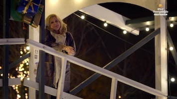 RTL 4's Onvergetelijke Feestdagen Loretta Schrijver steekt hartsvriendin hart onder de riem voor zware operatie