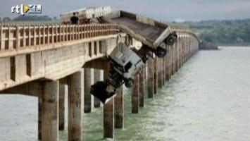 RTL Nieuws Bizar: Vrachtwagen hangt over brug
