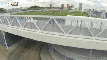 RTL Nieuws Voetbal op grote hoogte boven de parkeergarage