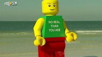 RTL Nieuws Enorme Lego-pop spoelt aan op strand