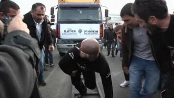 RTL Nieuws Georgiër trekt vrachtwagen met zijn oor