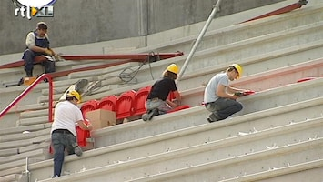 RTL Nieuws Fans helpen Twente met opbouw stadion