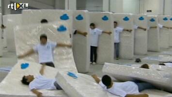 RTL Nieuws Chinezen breken wereldrecord menselijk domino met matrassen