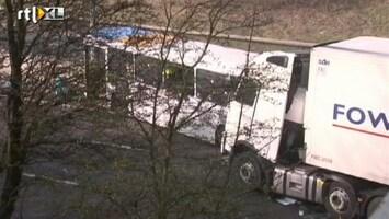 RTL Nieuws Een dode, 40 gewonden bij busongeluk