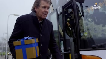 RTL 4's Onvergetelijke Feestdagen Robert ten Brink laat Tineke de 'All You Need Is Love'-bus besturen