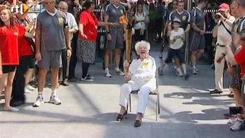 RTL Nieuws 100-jarige draagt Olympische fakkel naar Londen