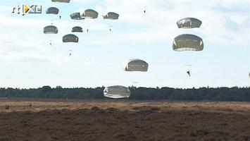 RTL Nieuws Duizenden parachutisten landen op Ginkelse Heide