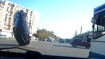 RTL Nieuws Bizar: auto gaat spontaan op zijn rug liggen