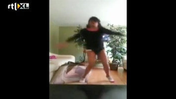 Editie NL Sexy dansmeisje keihard onderuit
