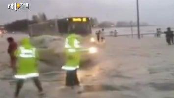 RTL Nieuws Auto duikt op uit schuimzee in Australië