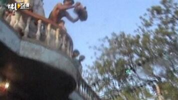 RTL Nieuws Bizar ritueel: babygooien in India