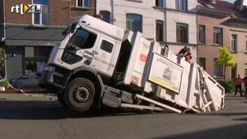 RTL Nieuws Vuilniswagen zakt in de grond