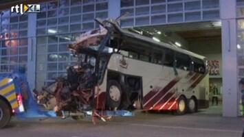 RTL Nieuws Wrak schoolbus weggesleept