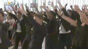 Editie NL Stewardessen barsten uit in flashmob