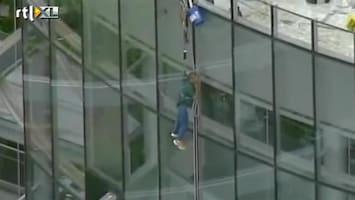 RTL Nieuws Glazenwasser bungelt op 20 meter hoogte