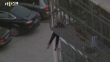 RTL Nieuws Meisje bungelt aan balkon met hoofd klem in hek