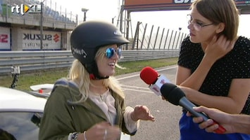 Britt & Ymke En Het Mysterie Van ... Britt staat weer veilig naast de auto