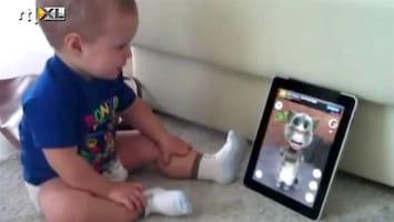 Editie NL Baby praat met kat op tablet