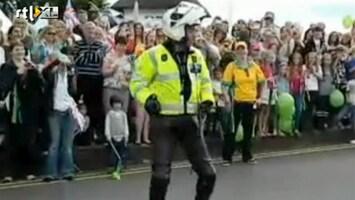 Editie NL Dansende politieagent