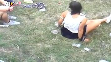Editie NL Vrouw poept midden op festivalterrein