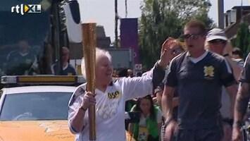 RTL Nieuws 100-jarige loopt met Olympische fakkel