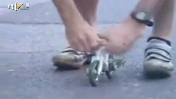 Editie NL Man fietst op 's werelds kleinste fiets
