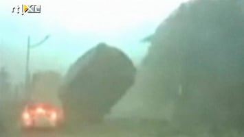 RTL Nieuws Vallend rotsblok mist auto maar net