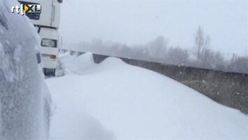 RTL Nieuws Vast in Frankrijk: 'De sneeuw staat tot de vangrail'