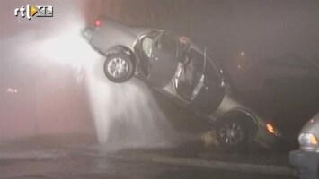 RTL Nieuws Auto balanceert op fontein na botsing